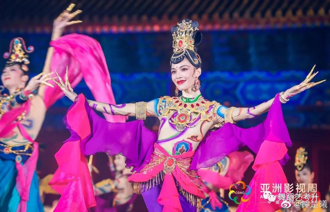 芳华钟楚曦领舞《寻梦》,跳舞女孩的形体和气质真的不一样!